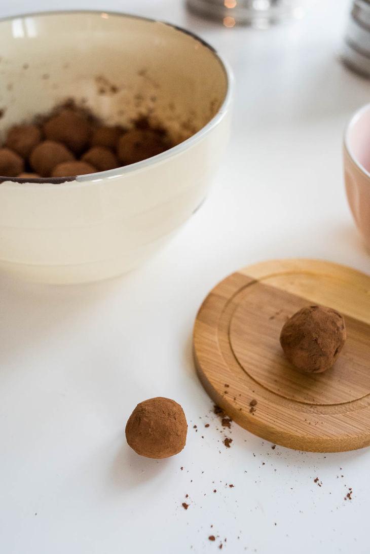 Keto Chocolate Avocado Truffles Fat Bomb Recipe #keto https://ketosummit.com/keto-chocolate-avocado-truffles-fat-bomb-recipe