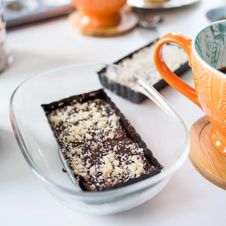 Keto Dark Chocolate Macadamia Sea Salt Bars (Fat Bombs) #keto https://ketosummit.com/keto-chocolate-macadamia-fat-bomb-bars