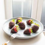 Keto Chocolate Dipped Strawberries #keto https://ketosummit.com/keto-chocolate-dipped-strawberries