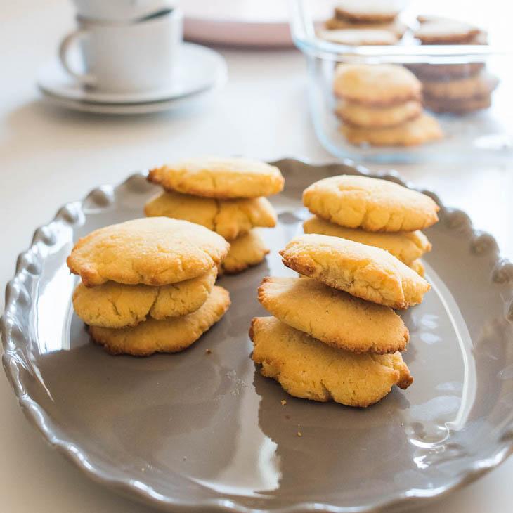 Keto 5-Ingredient Coconut Flour Cookies #keto https://ketosummit.com/keto-easy-coconut-flour-cookies